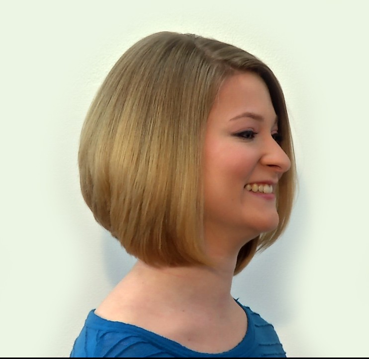 woman with bob haircut honey blonde hair color